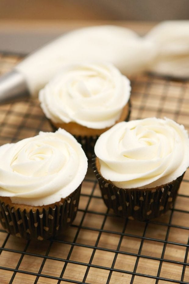 cupcakes-frosted-like-roses