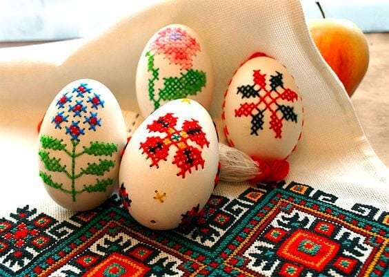 These embroidered Easter eggs are beautiful