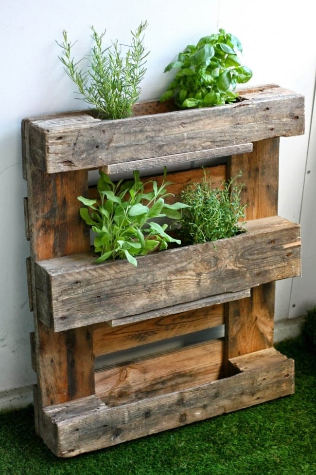 23 awesome diy wood pallet ideas spaceships and laser beams for Palette de bois meuble exterieur