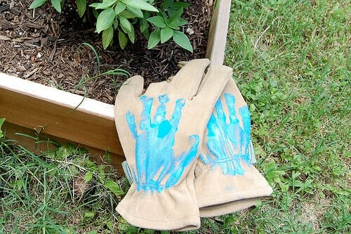 These Helping Hands Gardening Gloves are the perfect gift for the gardening father this Father's Day.