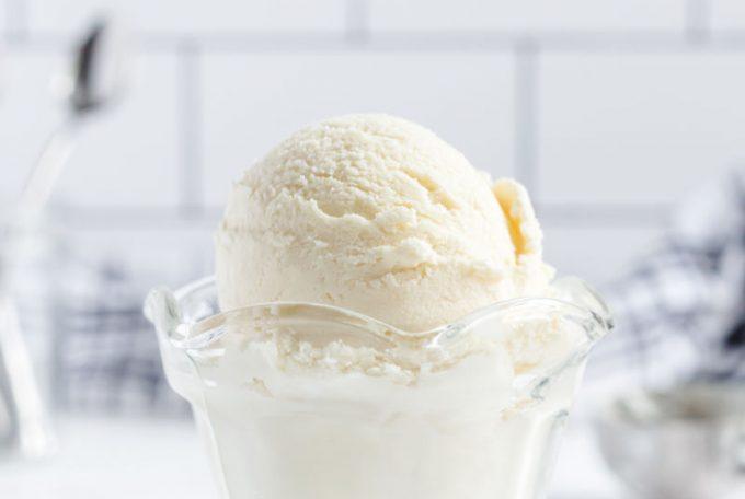 no churn vanilla ice cream in glass dish