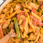 close up shot of chicken fajita pasta